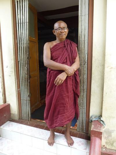 Un moine enseignant dans une école monastique de Dala au Myanmar