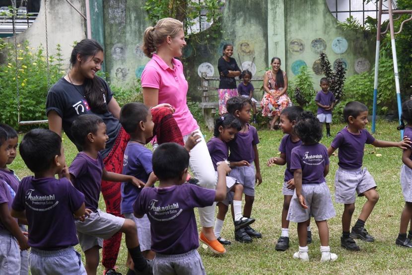 Des volontaires de Projects Abroad participent à des activités en plein air avec les enfants d'un centre d'accueil au Sri Lanka