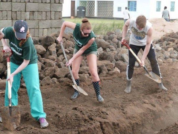 Des volontaires de Projects Abroad travaillent sur le site de construction de la nouvelle académie de Projects Abroad pour les enfants Maasaï