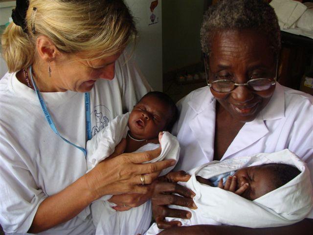 Une volontaire de Projects Abroad porte un nourrisson lors d'un stage médical au Ghana