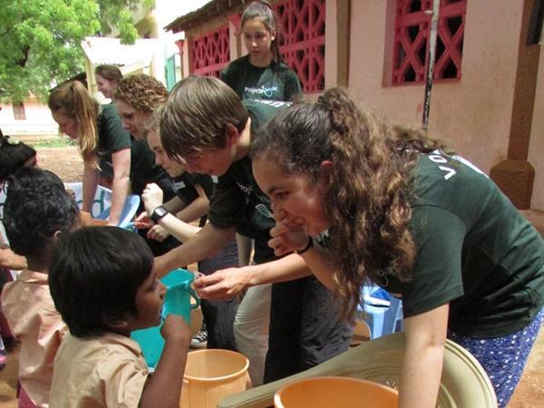 Les volontaires en médecine de Projects Abroad sensibilisent les enfants sur les soins de base lors d'une session de sensibilisation à l'hygiène en Inde.