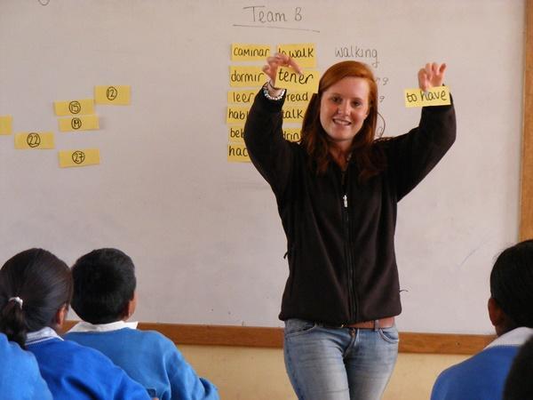 Un volontaire de Projects Abroad enseigne un cours d'anglais à Urubamba au Pérou.