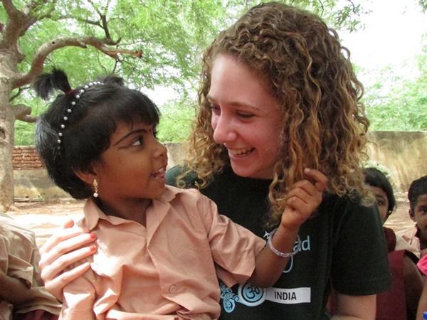 Une volontaire de Projects Abroad consacrant du temps à une fillette dans le cadre de notre programme d'aide à l'enfance en Inde
