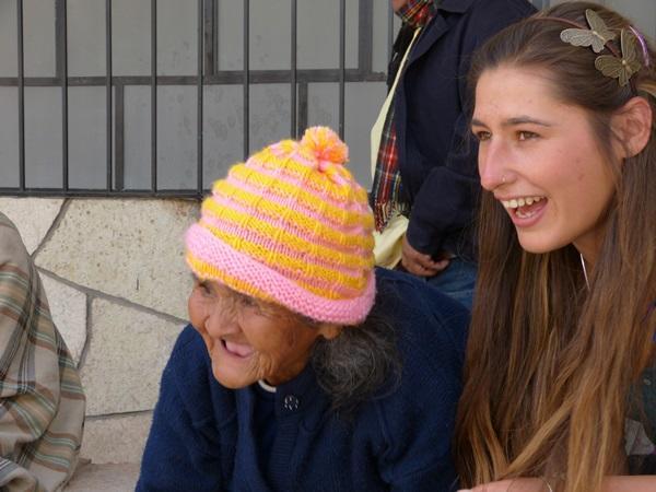 Une dame âgée péruvienne et un volontaire de Projects Abroad partagent joie et sourires dans un foyer à Cusco