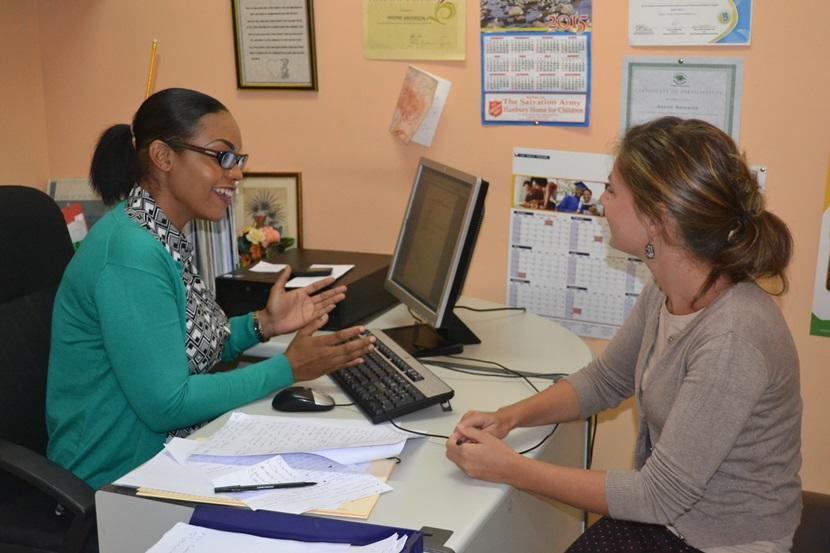 Un bénévole dialogue d'un cas avec un de ses collègues local, à l'Agence de développement pour les enfants en Jamaïque.