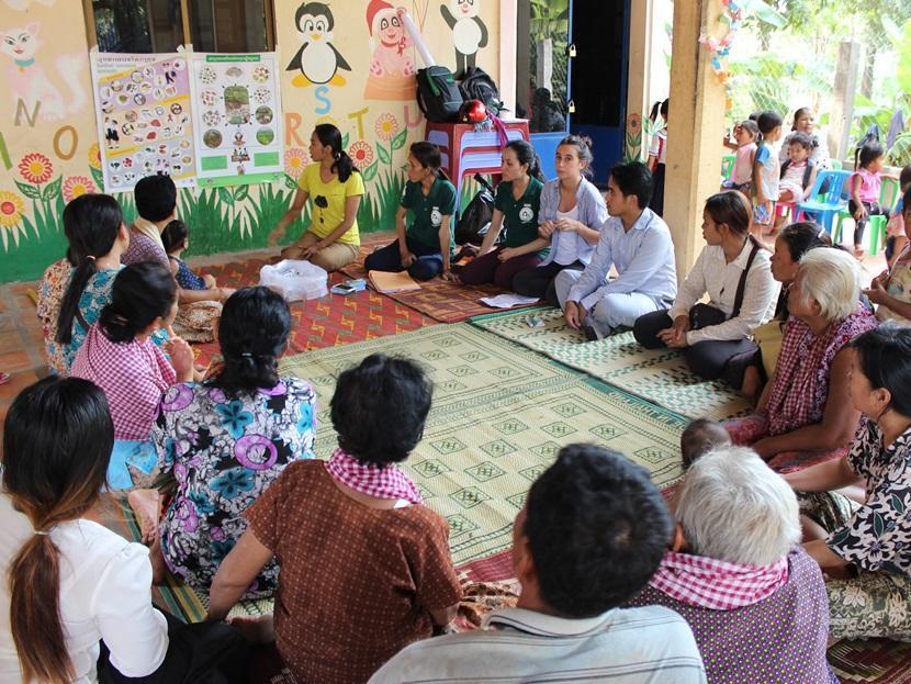 Un groupe de bénévoles en microfinance mettent en place un atelier à Phnom Penh, au Cambodge