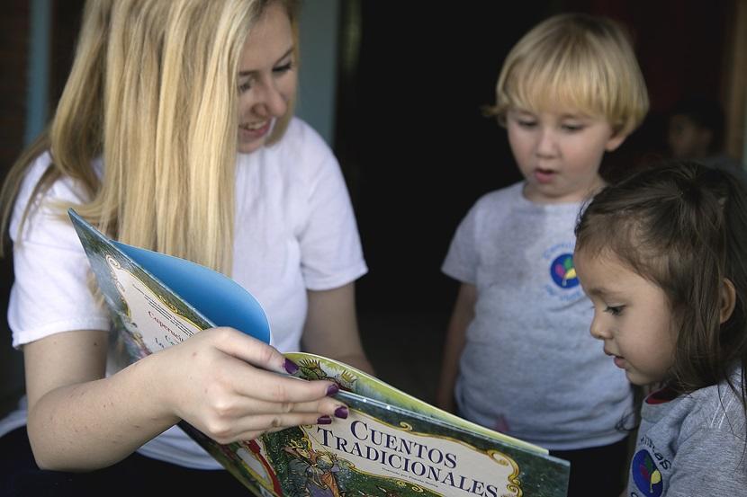 Une volontaire fait la lecture à des jeunes enfants au Costa Rica, dans le cadre d'une semaine solidaire humanitaire