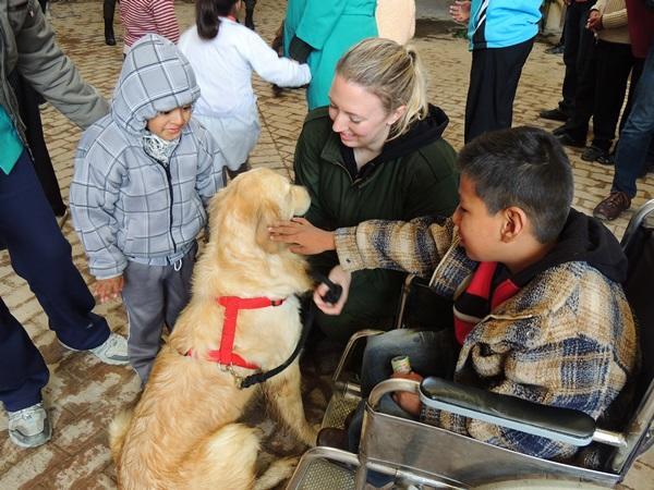 Un volontaire de Projects Abroad accompagné d'un enfant de la région pendant la récréation dans le cadre de notre mission humanitaire auprès des enfants à Cape Town en Afrique du Sud.