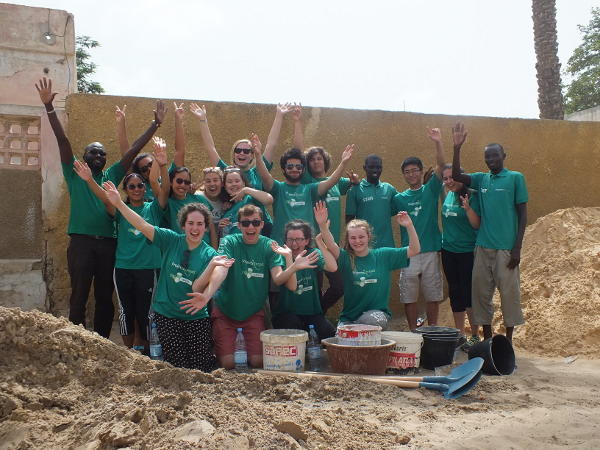 Un groupe de volontaire lors d'un chantier jeunes bénévoles et un membre du personnel local au Sénégal.