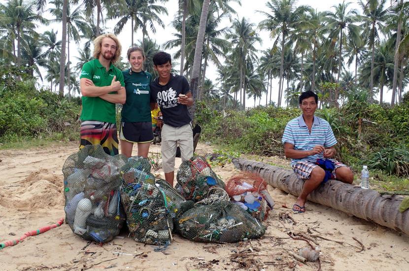 L'équipe de Projects Abroad et les volontaires collectent les déchets sur une plage au Cambodge lors du projet de plongée et conservation marine.