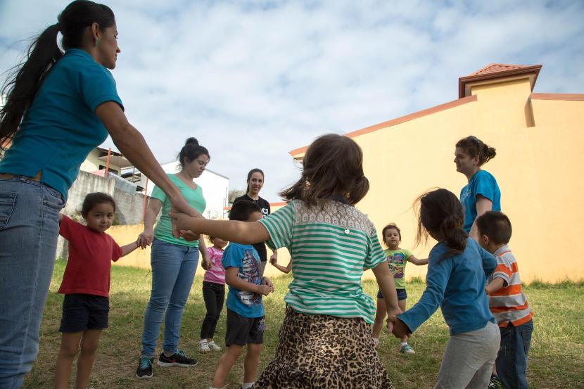 Des volontaires de Projects Abroad jouent pendant la récréation avec les élèves de  leur classe de maternelle au Costa Rica.