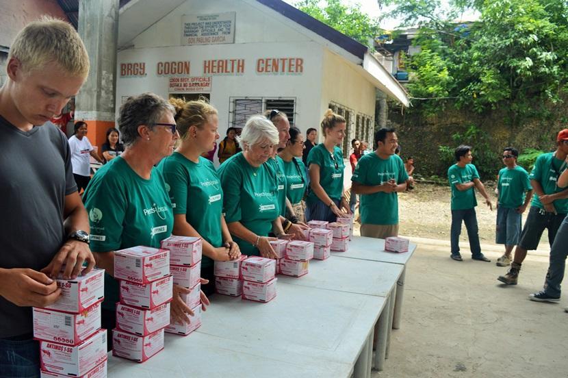Des stagiaires en santé publique distribuent du larvicide afin d'endiguer l'épidemie de Dengue aux Philippines