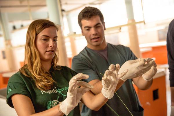 Un volontaire en médecine de Projects Abroad effectue une suture lors d'un atelier médical en Argentine.