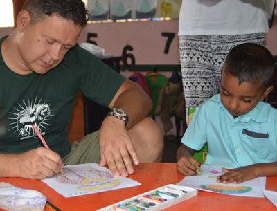 Un volontaire en voyage humanitaire Québec au Sri Lanka dans une salle de classe avec un élève