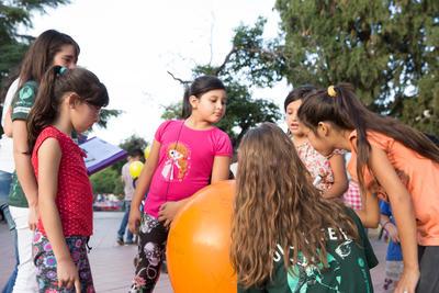 une volontaire en voyage humanitaire en Argentine avec des enfants