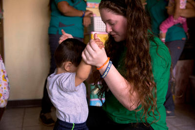 Projects Abroad volunteer looks after Costa Rican children during her volunteer reading week abroad.