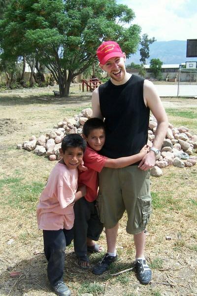 Un volontaire en mission d'aide à l'enfance en Bolivie joue avec des enfants locaux