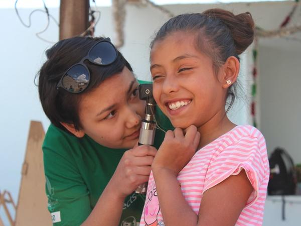 Projects Abroad volunteer examines a patient at a Public Health outreach in Mexico.