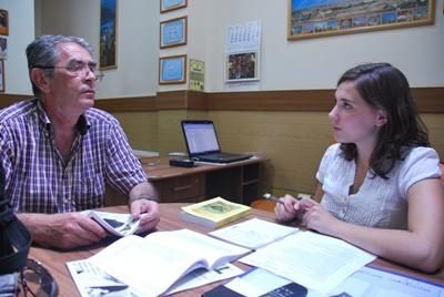 Projects Abroad intern chats to a Romanian man at the Journalism internship in Europe