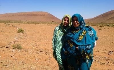 Projects Abroad volunteer on the Nomad Project with her host family in the Saharan desert in Africa