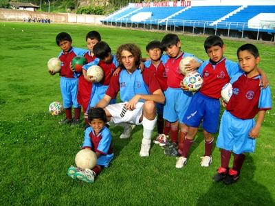 Volunteer on the field with his students on the Coaching Sports Project in Latin America with Projects Abroad