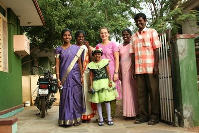 Female volunteer with her host family in India