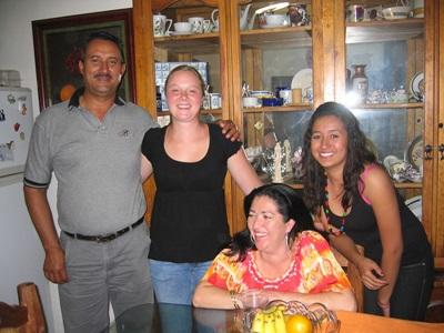 A Projects Abroad volunteer with her host family in Mexico.