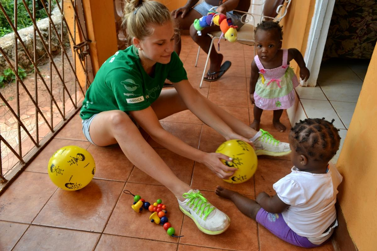 Zoom Projects Abroad Volunteer Plays With Children Of Manchester While On A  Visit To The Belretiromunity