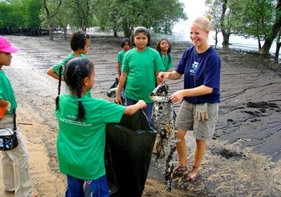 Projects Abroad volunteers asssists with a beach clean-up as part of their Conservation Project in Thailand, Asia.