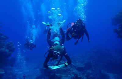 Projects Abroad volunteers participate in an underwater dive as part of their Divemaster certification in Fiji.