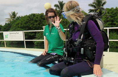 With a help of a Projects Abroad staff member, a volunteer works toward a Divemaster qualification.