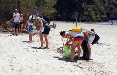 Projects Abroad Conservation & Community volunteers participate in a beach clean-up in Thailand, Southeast Asia.