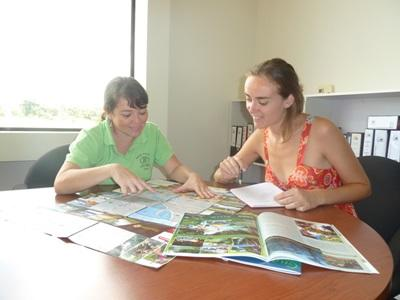 A Projects Abroad intern and a local journalist discuss potential news stories in Costa Rica.