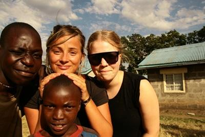 Projects Abroad vollunteers spend time with children and practice their Swahili in Kenya.