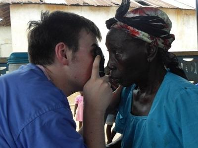 A student doing their Medical School Elective with Projects Abroad treats a woman during an outreach.