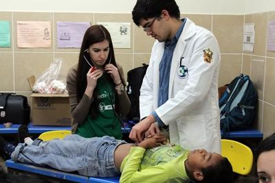 Projects Abroad medical volunteer and local Mexican doctor examine a patient