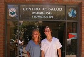 Interns on the Medicine Project in Argentina stand outside their placement.