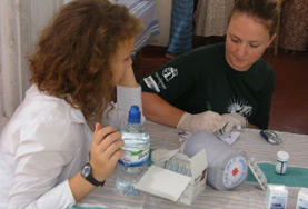A Sri Lanka Midwifery volunteer has a discussion with a staff member during her internship.