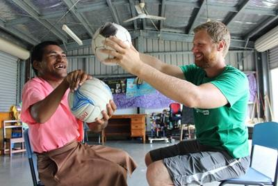 A Samoan patient receives physiotherapy treatment from a Projects Abroad intern.