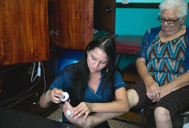 A Costa Rica physiotherapy intern provides treatment to a local on her internship in Costa Rica.