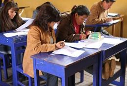 A professional teacher volunteering in Peru helps local teachers improve their English.