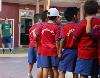 A Projects Abroad Sports volunteer begins a physical education exercise with students at a school in Heredia, Costa Rica.