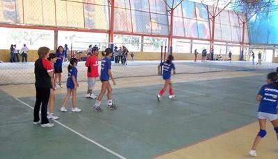 Volunteers coach volleyball in a school placement with Projects Abroad