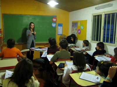 Projects Abroad Teaching volunteer walks students through an activity in Cordoba, Argentina.