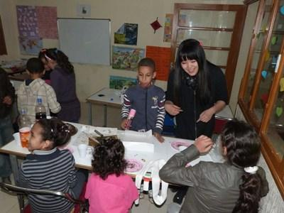 Volunteer does crafts with students in Morocco on the Teaching Project