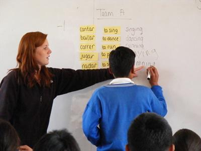 Volunteer teacher playing vocabulary games with students in a school in Peru