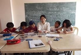 Children practice their French language skills with a volunteer in Bolivia.