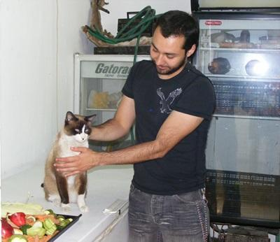 Intern on the Veterinary Medicine project in Mexico treats a cat